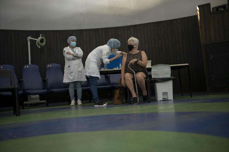 (Março) Mulher é vacinada no Rio de Janeiro