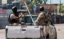 (Fevereiro) Policiais em Porto Príncipe (Valerie Baeriswyl/AFP)