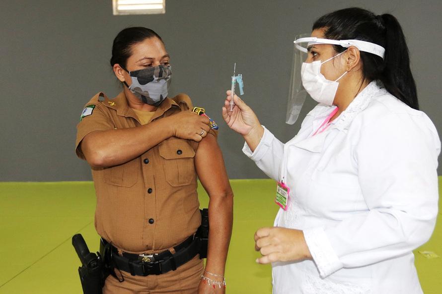 A mudança na fila, com preferência para policiais, foi anunciada pelos governadores do Paraná, Ratinho Júnior (PSD), e de Goiás, Ronaldo Caiado (DEM)