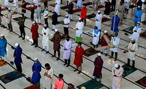 Muçulmanos em mesquita de Dacca, Bangladesh (REHMAN ASAD/AFP)