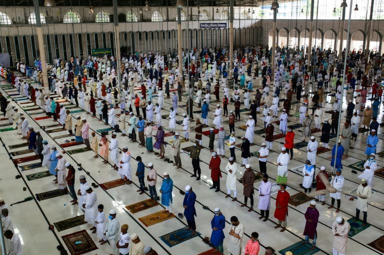 Muçulmanos em mesquita de Dacca, Bangladesh