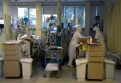 (Arquivo) Pacientes infectados com covid-19 na UTI do Hospital Santa Casa de Misericórdia de Porto Alegre, em 13 de agosto de 2020 (SILVIO AVILA/afp)