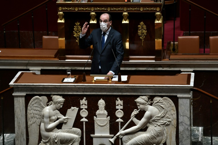 O primeiro-ministro francês, Jean Castex, fala na Assembleia Nacional da França, em Paris, em 13 de abril de 2021