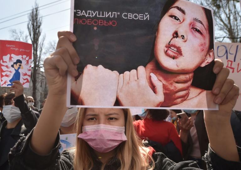 Protesto pela proteção e pelos direitos das mulheres, em Bishkek, Quirguistão, em 8 abr. 2021
