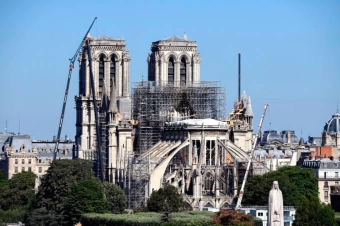 Cerca de dois mil carvalhos serão usados para reconstruir a estrutura do telhado e o pináculo da catedral