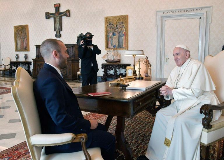 Foto divulgada pelo Ministério da Economia da Argentina, Martin Guzman, durante um encontro com o Papa Francisco na Cidade do Vaticano em 14 de abril de 2021.