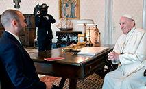 Foto divulgada pelo Ministério da Economia da Argentina, Martin Guzman, durante um encontro com o Papa Francisco na Cidade do Vaticano em 14 de abril de 2021. (AFP)