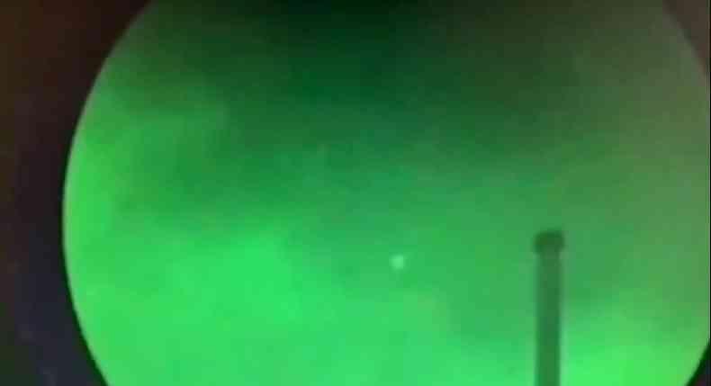 A imagem mostra os OVNIs se movendo rapidamente enquanto eram gravados por câmeras com sistema infravermelho (térmicas)