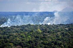 (Arquivo) Vista aérea de incêndio em floresta amazônica em Oiapoque, Amapá (NELSON ALMEIDA/afp)