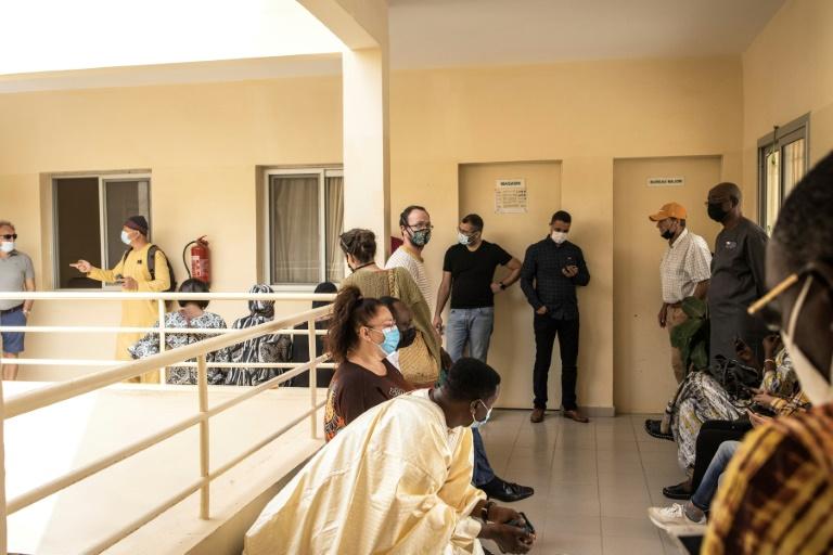 Fila de vacinação contra a Covid-19 em clínica de Dacar, Senegal