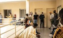 Fila de vacinação contra a Covid-19 em clínica de Dacar, Senegal (John Wessels/AFP)