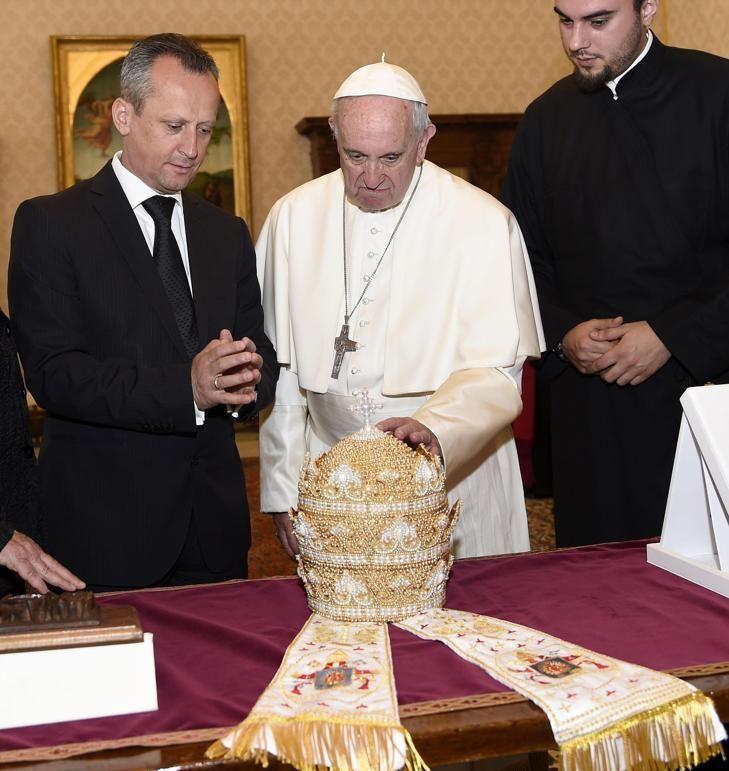 Papa Francisco recebeu de presente uma tiara papal, em 2016, do presidente do Parlamento da Macedônia, Trajko Veljanoski