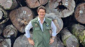 Ministro Ricardo Sales faz pose em frente à maior apreensão de madeira da história no país, em Santarém (PA) (Reprodução/ Twitter do ministro)