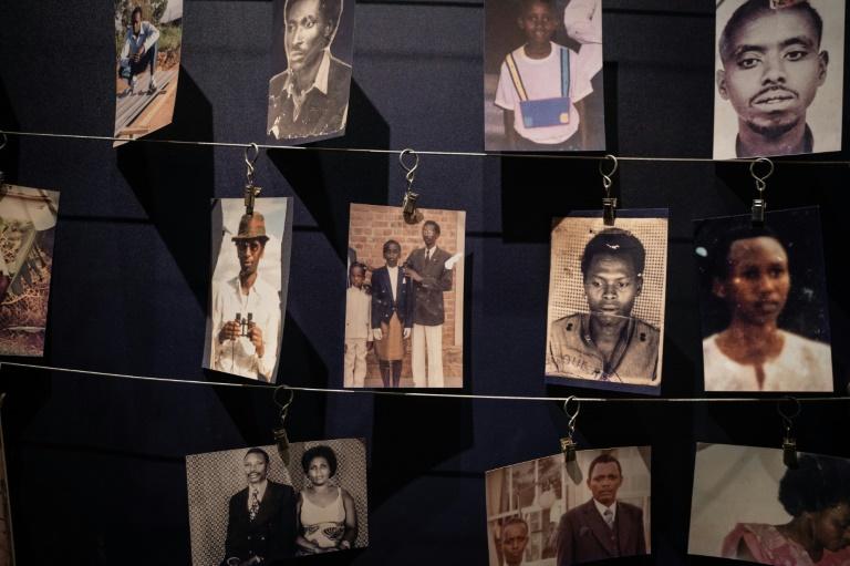 Fotos de vítimas do genocídio de 1994 em Ruanda no Memorial do Genocídio em Kigali, em 7 de abril de 2021