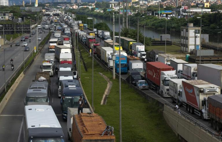 Caminhoneiros bloqueiam a Rodovia Castelo Branco, na entrada de São Paulo, em protesto contra as medidas de fechamento de serviços não essenciais no estado em meio à pandemia de coronavírus, em 5 de março de 2021