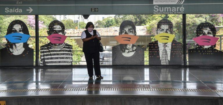 Mulher aguarda o metrô na estação Sumaré, em São Paulo