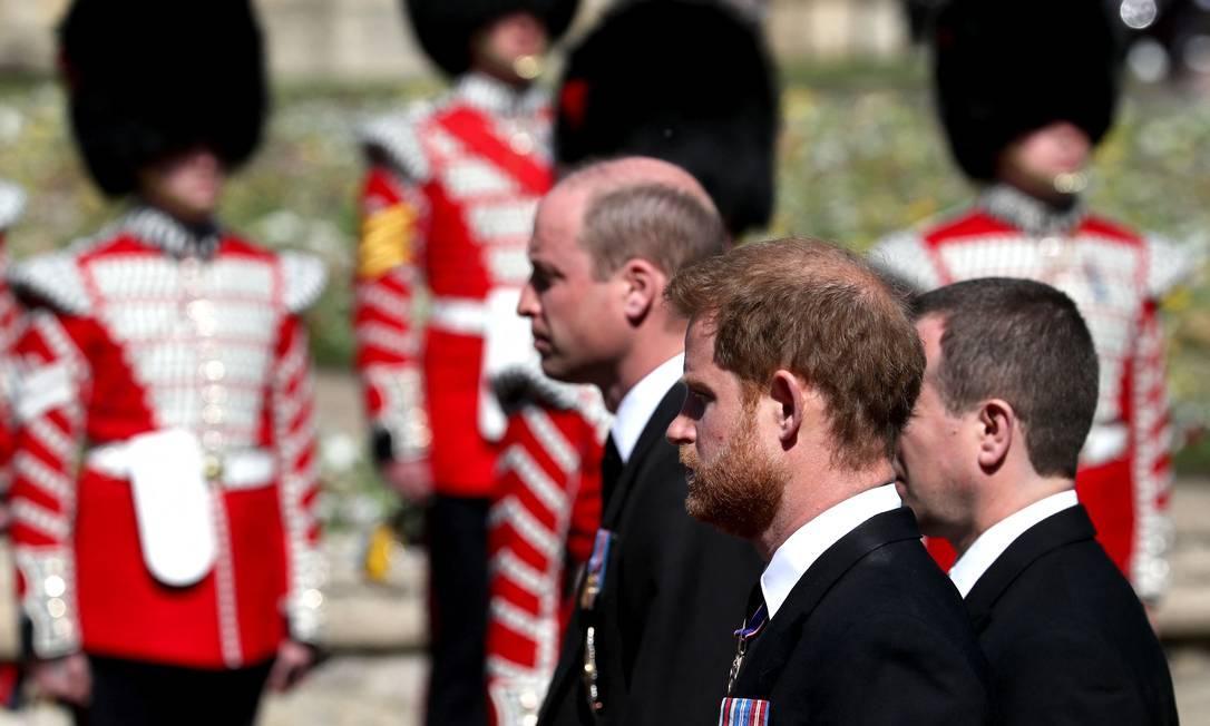 William e Harry caminham separadamente em cortejo fúnebre