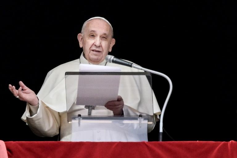 Francisco na janela do Palácio Apostólico com vista para a Praça de São Pedro, no Vaticano, em 18 de abril de 2021