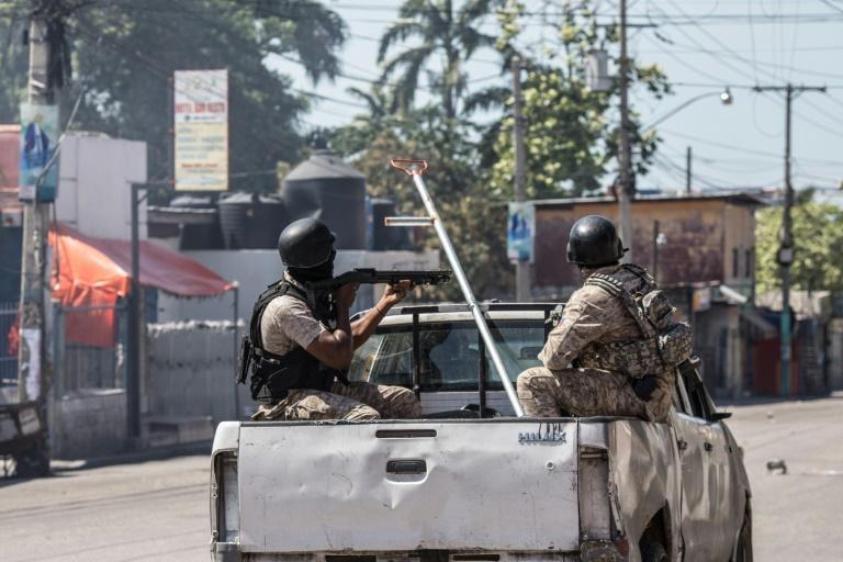 Policiais em Porto Príncipe (fevereiro)