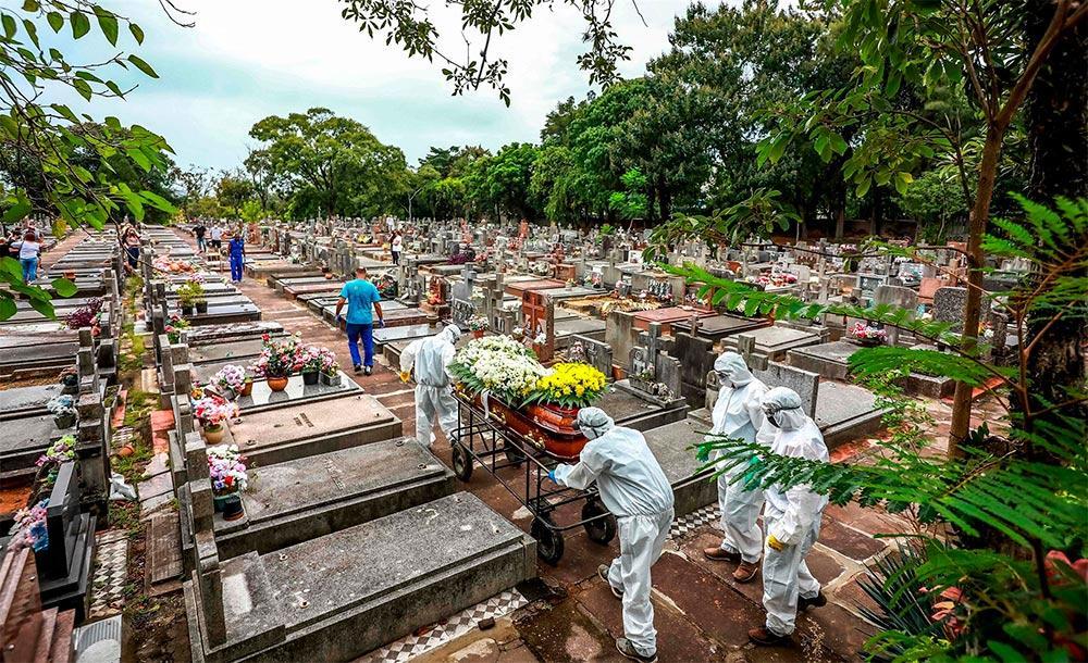 Enterro de vítima da Covid no cemitério São João em Porto Alegre