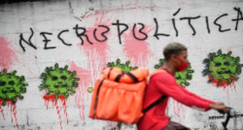 Uma manifestação contra Bolsonaro no muro de uma unidade de saúde no Rio de Janeiro (Mauro Pimentel/ AFP)