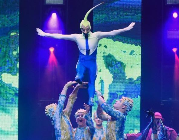 Acrobatas do Cirque du Soleil durante apresentação do espetáculo