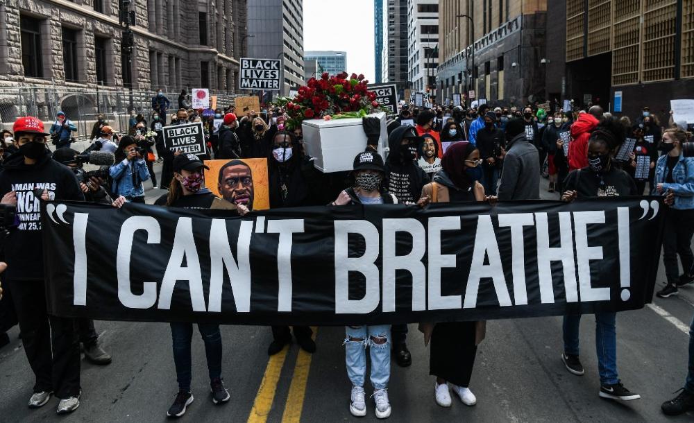 Manifestação em frente ao prédio onde aconteceu o julgamento da morte de George Floyd