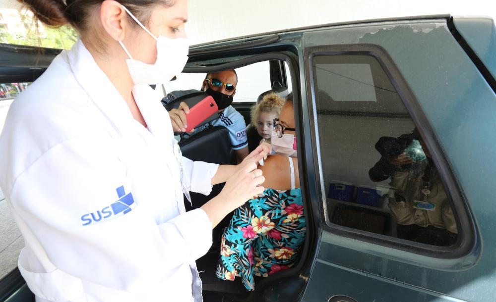 Início da campanha de vacinação contra a Covid-19 para pessoas de 64 anos em São Paulo
