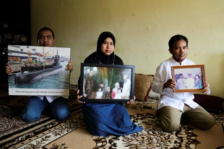 Imagens do coronel Harry Setiawan, comandante do submarino indonésio naufragado com 53 pessoas a bordo, mostradas por membros de sua família, em Depok, 24 de abril de 2021