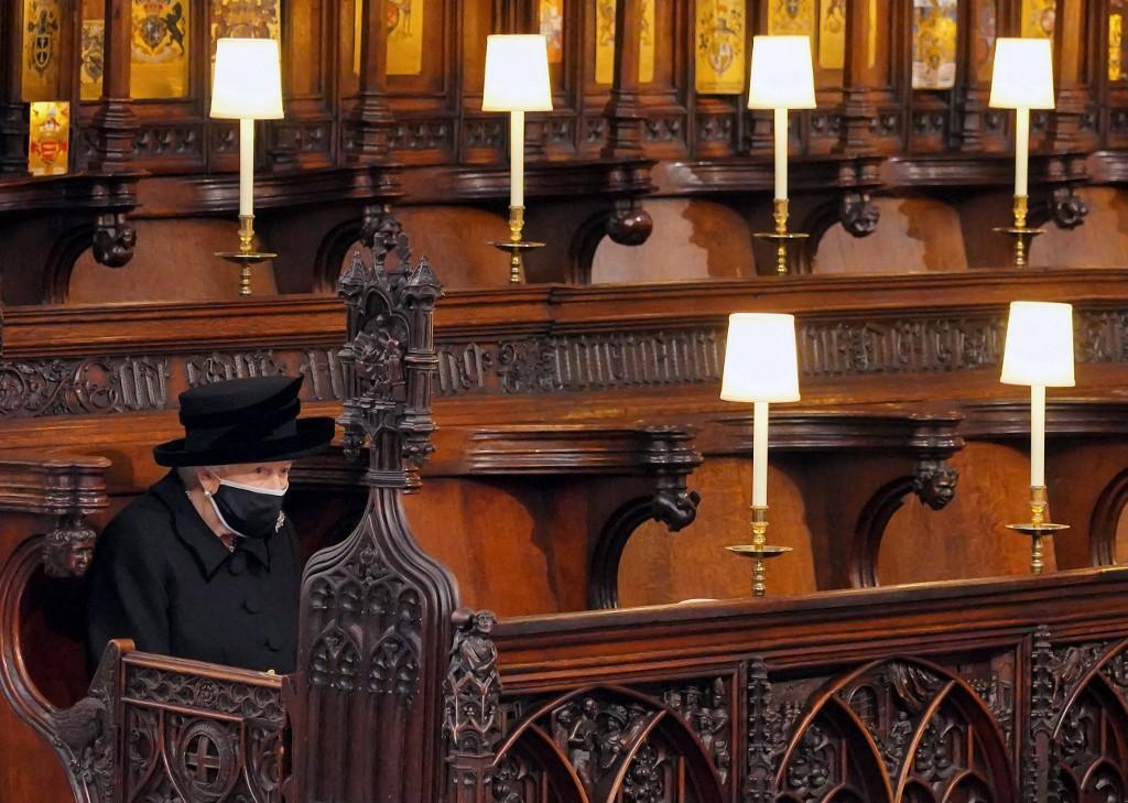 A Rainha Elizabeth II toma seu assento para o funeral do Príncipe Philip da Grã-Bretanha, Duque de Edimburgo, na Capela de St George no Castelo de Windsor em Windsor, a oeste de Londres, em 17 de abril de 2021