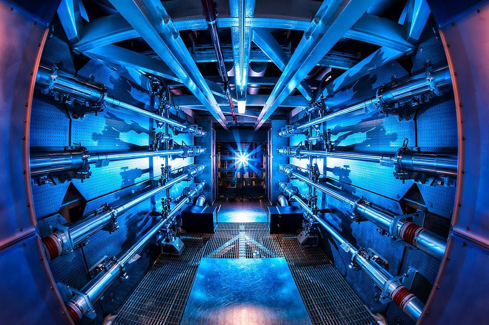 Os pré-amplificadores da National Ignition Facility são o primeiro passo para aumentar a energia dos feixes de laser à medida que avançam em direção à câmara-alvo