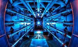 Os pré-amplificadores da National Ignition Facility são o primeiro passo para aumentar a energia dos feixes de laser à medida que avançam em direção à câmara-alvo (Damien Jemison/LLNL)