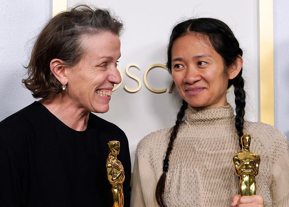 Frances McDormand e Chloe Zhao receberam o Oscar de Melhor Filme por 'Nomadland', que também lhes rendeu o prêmio de Melhor Atriz em Papel Principal e Direção respectivamente.