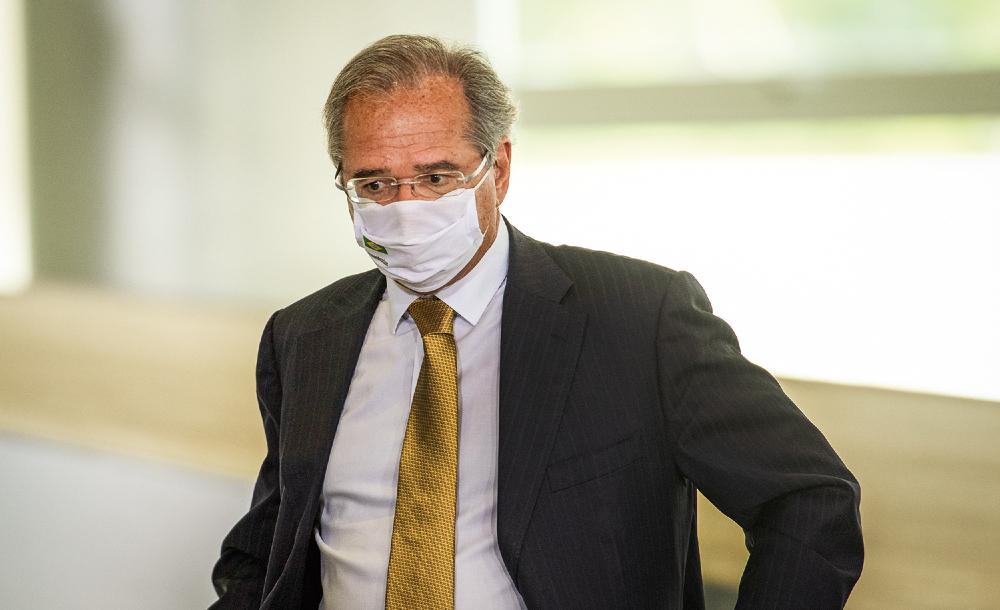 Paulo Guedes tomou a primeira dose em 27 de março, e a segunda, no último domingo (25)