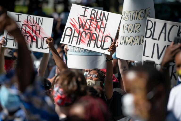 Manifestação em 8 de maio de 2020, em Brunswick, Estados Unidos, em memória de Ahmaud Arbery, um jovem negro assassinado em fevereiro de 2020