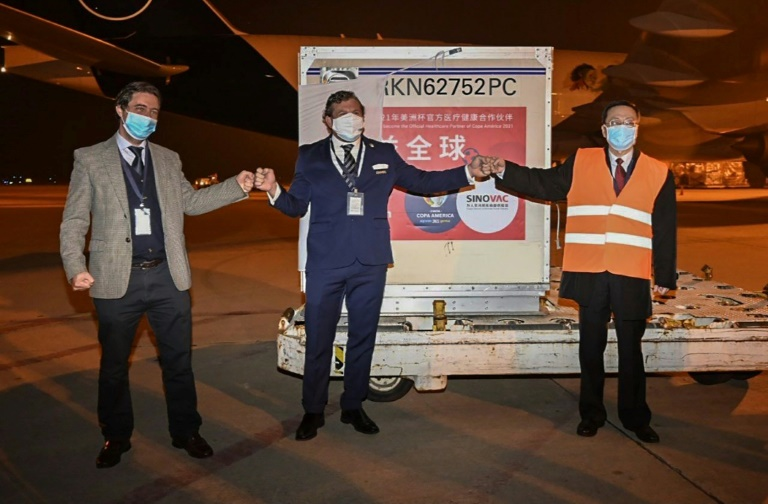 Carregamento de 50 mil doses de vacinas da Sinovac chegou a Montevidéu na noite de quarta-feira (28)