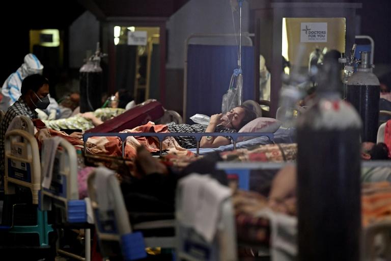 Salão improvisado como área para pacientes de covid-19 em Nova Délhi (Índia)
