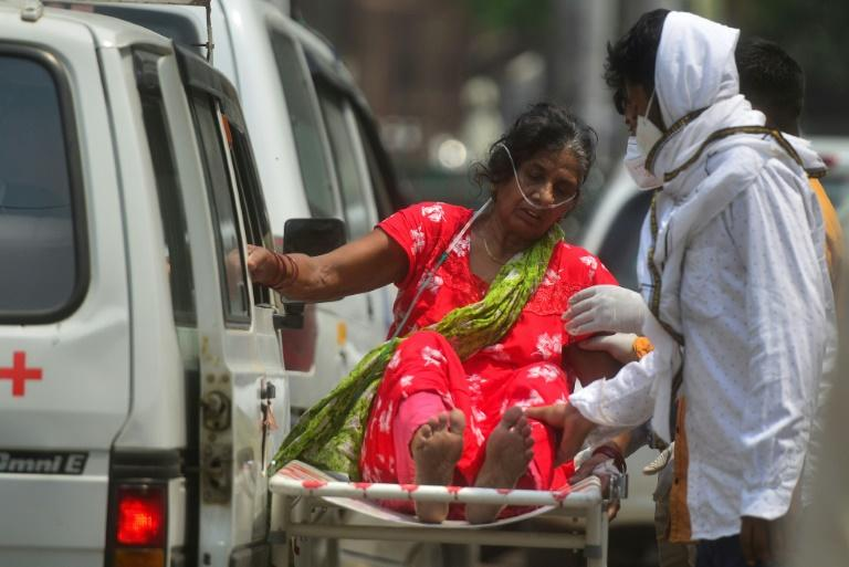 Uma mulher infectada com coronavírus aguarda internação em um hospital em Allahabad, Índia, em 29 de abril de 2021
