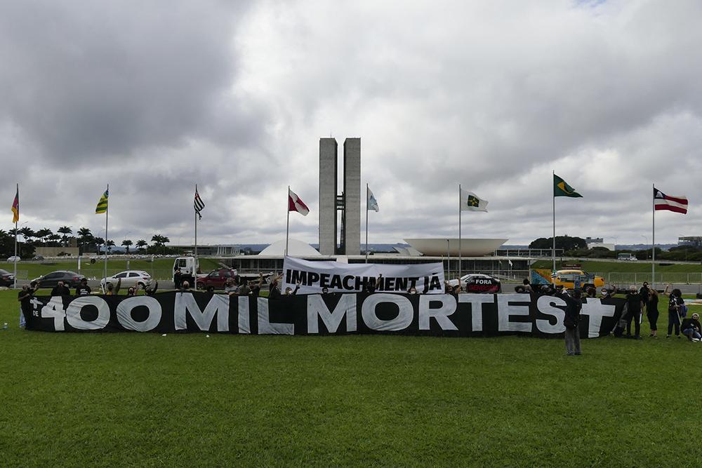 Manifestação em memória aos mais de 400 mil brasileiros mortos pela Covid-19, aconteceu em frente ao Congresso Nacional no dia 30/04, cobrando responsabilidade dos governantes frente ao combate da pandemia no Brasil.