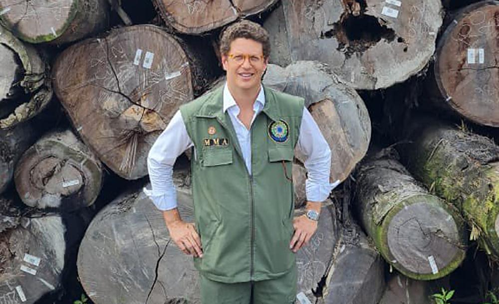 O ministro do Meio Ambiente, Ricardo Salles, durante a maior apreensão de madeira ilegal da história do Brasil