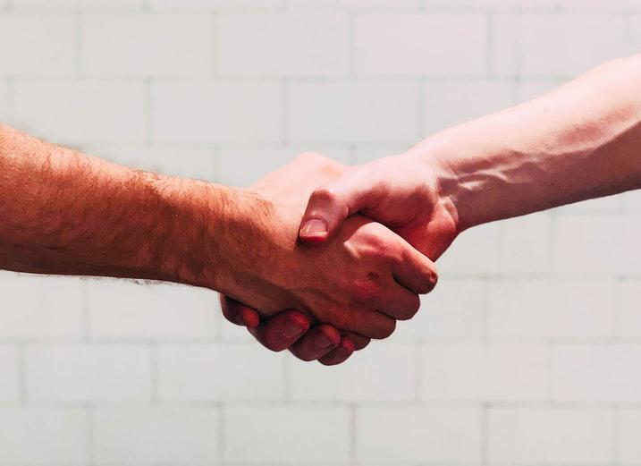 O amor, atento ao outro, se expressa fisicamente de mil maneiras