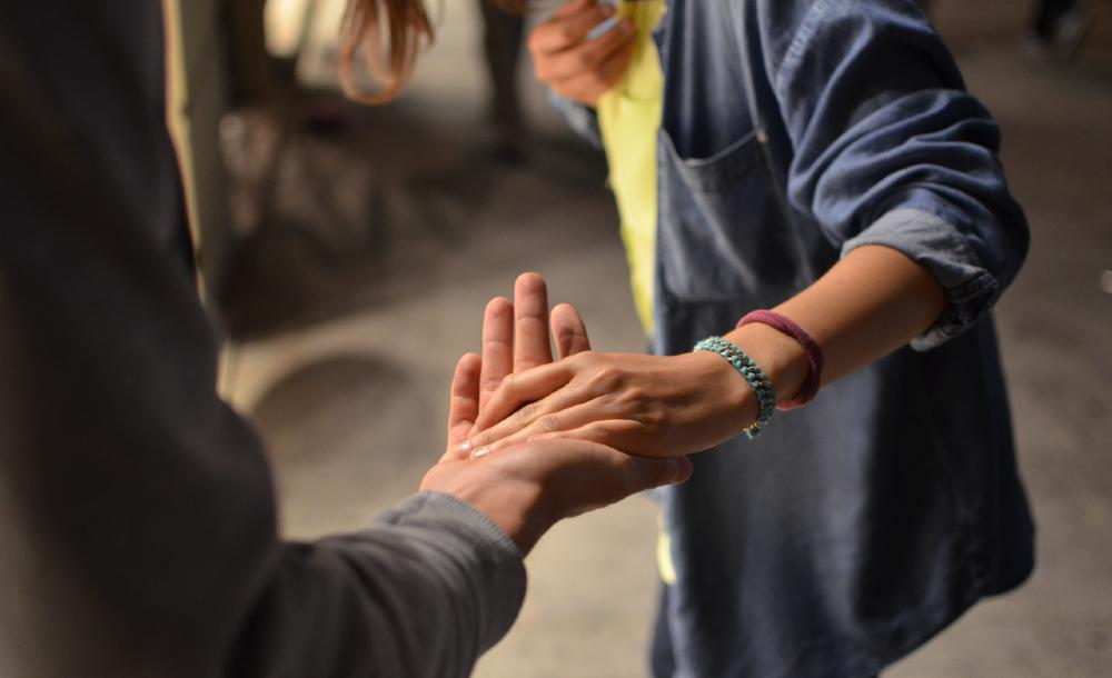 Como seguidores de Jesus devemos sentir-nos chamados a trazer a amizade aberta aos setores marginalizados da nossa sociedade. São muitos os que necessitam de uma mão estendida que chegue a tocá-los