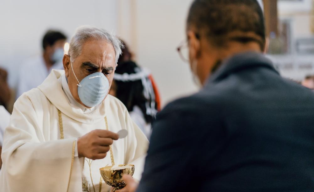 Nas missas presenciais, salienta o religioso, os frequentadores seguem as regras do distanciamento, uso de máscaras e higiene das mãos