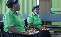 Preparo de comida em um centro comunitário de Johannesburgo com verduras não vendidas no mercado, em 17 de fevereiro de 2021 (Michele Spatari/AFP)
