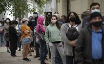 Fila para vacinação em Santiago, capital do país (Martin BERNETTI/AFP)