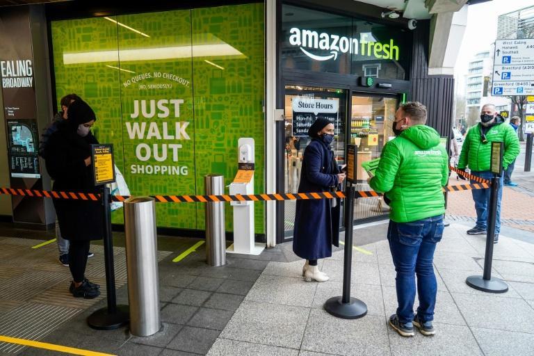 No dia da inauguração, curiosos atraídos pela novidade tecnológica formaram fila na entrada