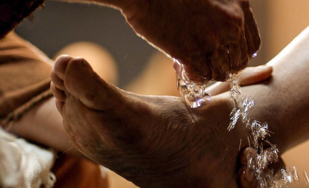 O gesto do lava-pés é exemplar para todo(a) seguidor(a) de Jesus Cristo; constitui um dos gestos mais expressivos da missão e da identidade para aqueles que exercem algum serviço em sua comunidade