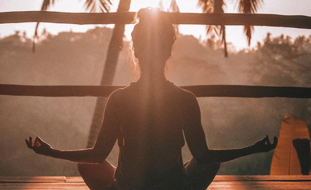 Respirar conscientemente, vivenciar os ciclos do sono, hidratar-se com boa água, alimentar-se com moderação e se ancorar nos vínculos afetivos podem representar o primeiro passo da nossa reeducação íntima