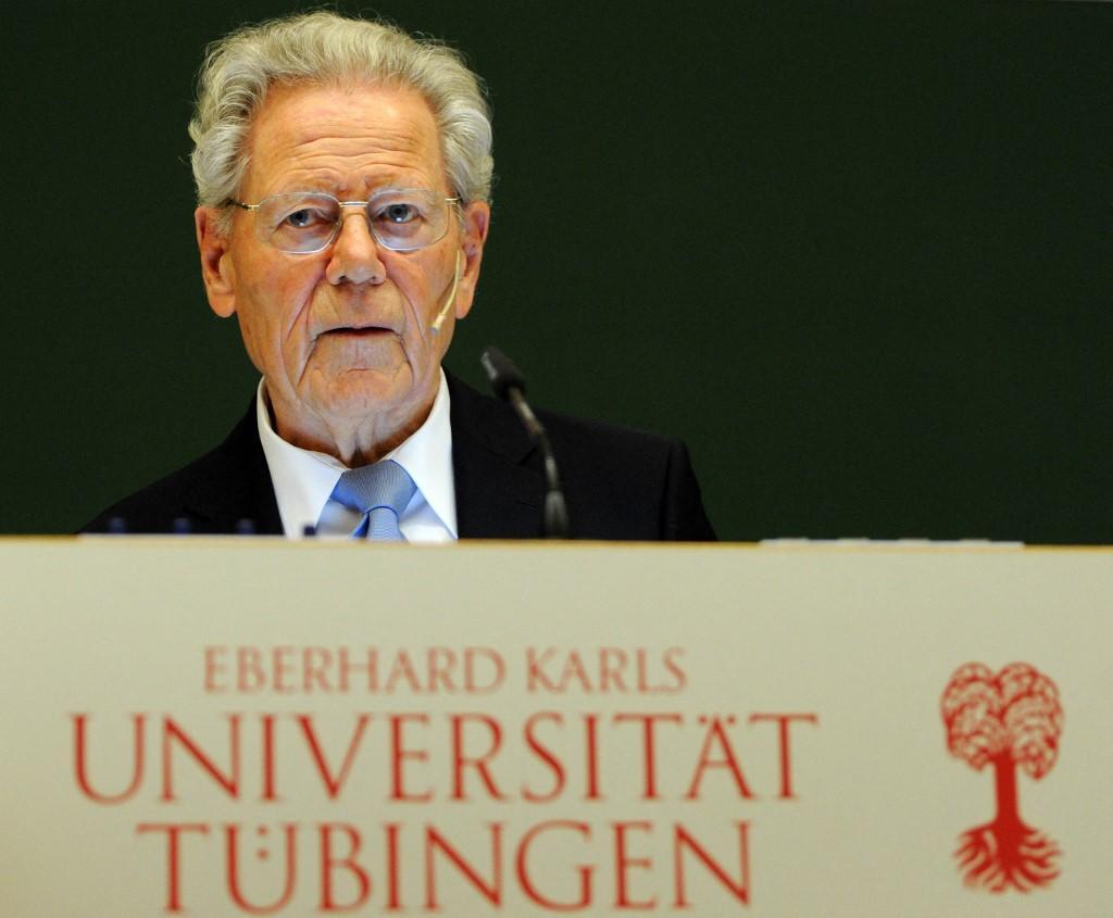 O teólogo católico suíço e padre Hans Kung discursa por ocasião de sua saída da universidade de Tubingen, no sul da Alemanha, em 22 de abril de 2013. Kueng se aposentou da vida pública alguns dias após seu 85º aniversário.