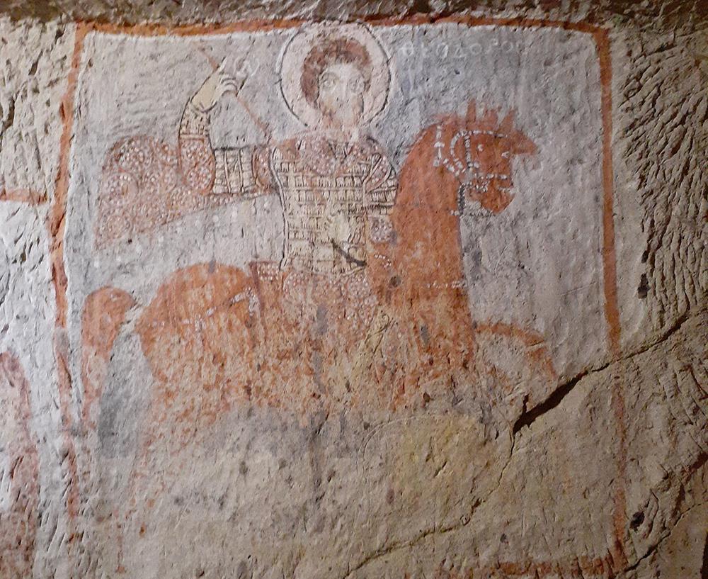 Representação de São Jorge matando o dragão com uma lança em sua mão direita da Capela de São Basílio, datada do século 11